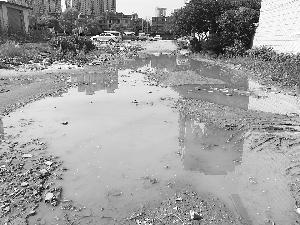 苑科路雨天积水严重 居民出行不便