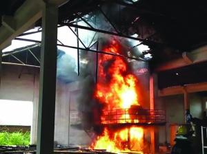 铅山一厂房起火房顶被烧穿 消防及时扑救