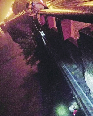 情侣喝醉后争吵女的跳信江 民警消防救起送医