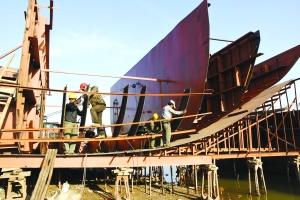 鄱阳县饶河船舶修造工地一派繁忙景象