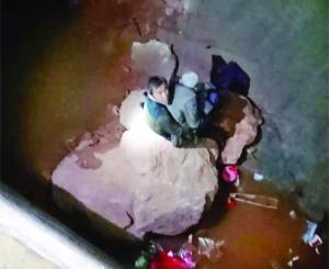 母亲掉入5米深坑儿子施救双双被困 民警救援