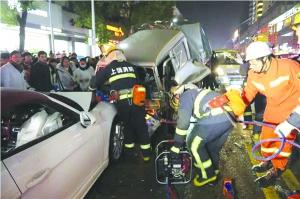 """保时捷""""吻""""小货车致连环撞 消防成功救出两人"""