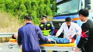 司机高速上突发高血压昏迷 路政及时送医脱险