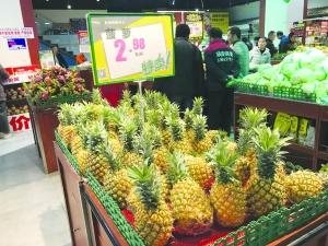 天气渐暖   市场水果忙换季