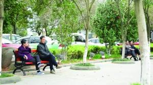"""200条""""爱心长椅""""亮相饶城街边公园 供市民歇脚"""