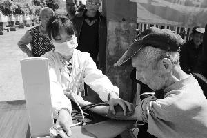 玉山双明镇组织健康扶贫义诊