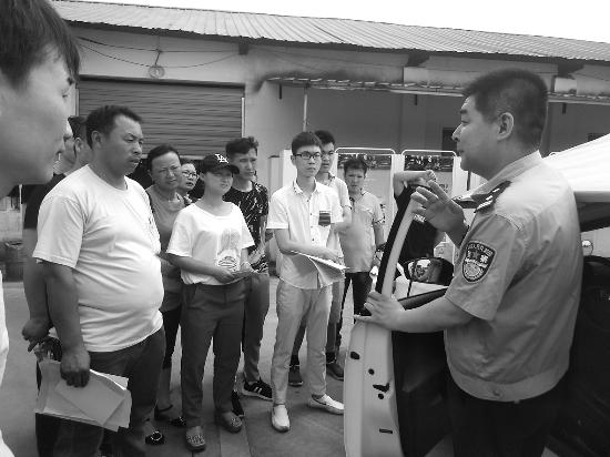 德兴市公安局交警大队组织辖区驾校学员集中观看警示教育片《醉与罚》