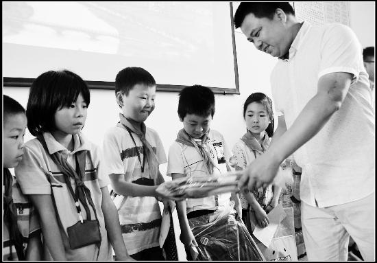"""婺源县开展""""关注贫困留守儿童,播洒爱心阳光""""活动"""