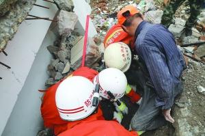 老人拆迁工地取钢筋腿被压 消防官兵紧急营救