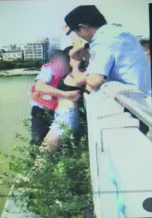 民警飞越桥栏抱回轻生女 从警7年救下两条命
