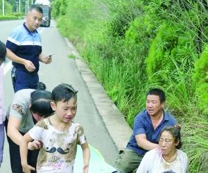 【暖新闻·江西2018】母子俩连人带车翻下沟 路过村民合力抬车救人