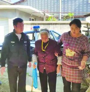 老太摔倒路人围观不敢扶 民警及时救助送回家