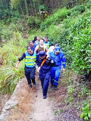 180斤女游客滑倒脚骨折 救援人员接力抬出送医
