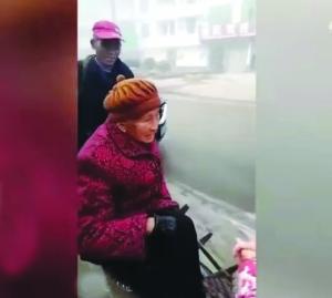 90岁母亲坐电瓶车都晕车 3儿子推车20公里送医