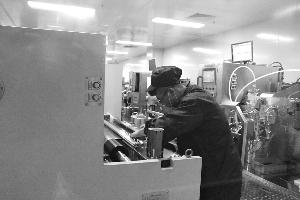工人进行电池生产