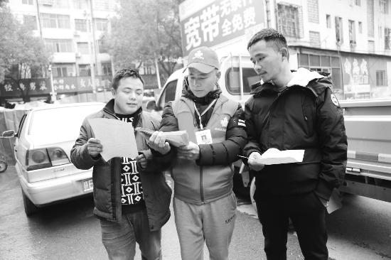 横峰青年志愿者发放创卫宣传资料