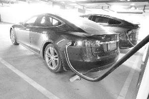 新能源汽车充电难 市民盼增公用充电桩