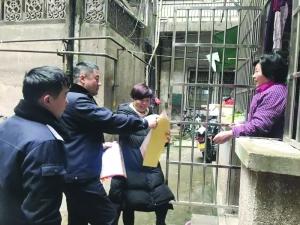 """民警向居民发放 """"扫黑除恶""""宣传年历"""
