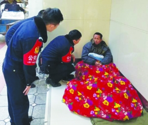 【暖新闻·江西2019】饶城民警热心相助 鄱阳男子告别16年流浪生涯