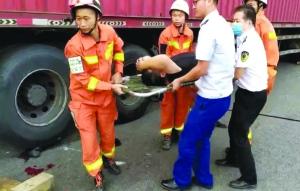 【暖新闻·江西2019】出差途中遇车祸 3消防员果断下车救出被困伤者