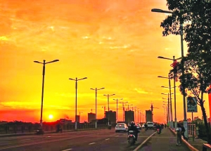 夕阳映照下的铅山县城