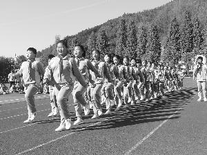 德兴绕二小学:  队列队形比赛展英姿