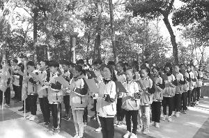 """德兴市中学开展了以""""缅怀先烈,励志青春""""为主题的班队活动"""
