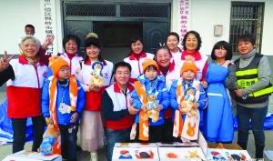 市志愿者協會為貧困孩子 送去121個溫暖包