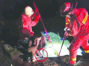 男子走路脚卡进石缝内 消防紧急施救脱困