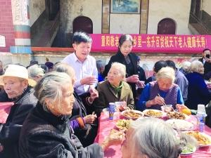 """爱心企业家连续3年为百余老人摆""""重阳敬老宴"""""""