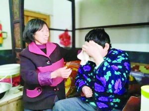 """""""最美婆婆""""周林香:不离不弃照顾瘫痪儿媳21年"""