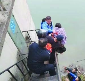 轻生女跳入刺骨信江河 蓝天队员和市民合力救起