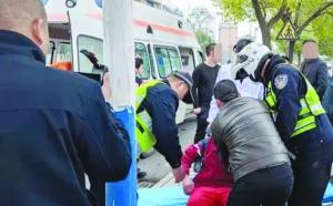 一学生突发癫痫路边晕倒