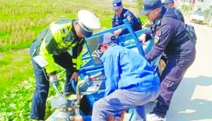 三轮车侧翻被卡水沟内   警民合力将其推出