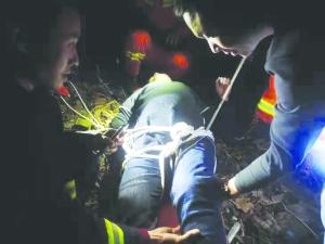 一家5口铜钹山游玩被困 消防历经3小时抬出伤者