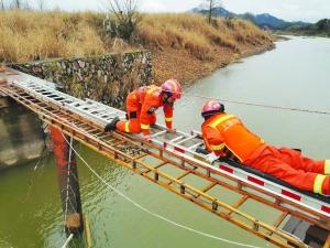 过河摘野菜返回发现桥断了 消防解救四被困村民