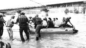 连日暴雨致多处发生落水事故蓝天救援队各地忙救人