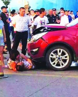 男子车停路边聊天被撞身亡