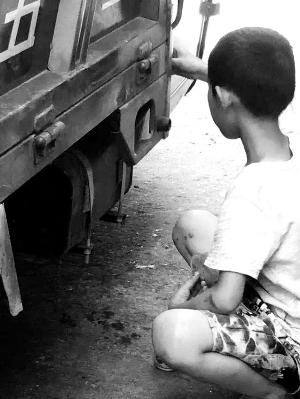 广丰男孩路边喝汽油!警方为其找到亲人
