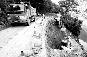 通往三清山的横双公路塌方沉陷