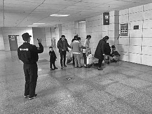 """【暖旧事·江西2019】孕妇火车站出口告急临盆  众人举衣搭""""暂时产房"""" 护母子安全"""