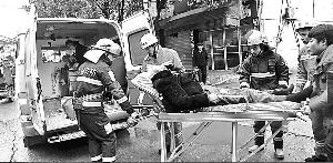 【暖新闻·江西2019】雨天路滑?#20808;?#39640;处跌落头部受伤  弋阳消防迅速施救